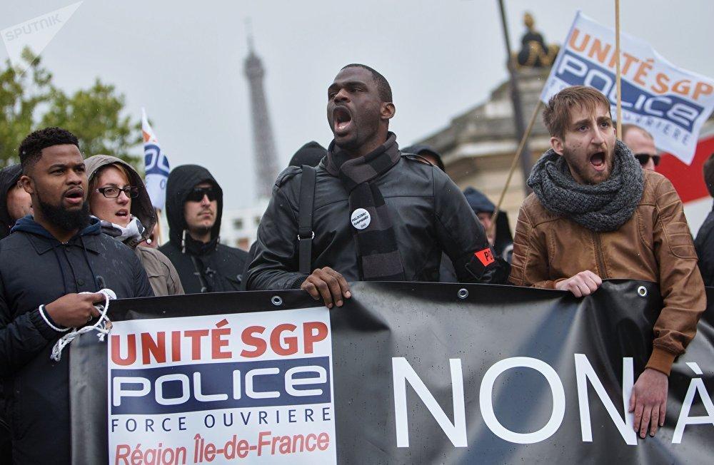 Los oficiales de las fuerzas del orden de París durante la protesta de la Policía nacional, en la que los manifestantes exhortaron a los candidatos a la presidencia francesa a mejorar sus condiciones de trabajo