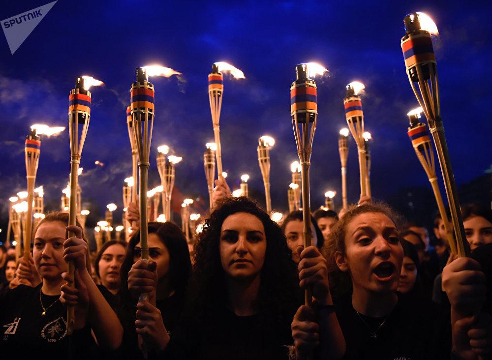 Participantes de la procesión para conmemorar a las víctimas del genocidio armenio por parte del Imperio otomano, en Ereván