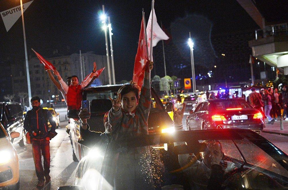 Los partidarios del presidente otomano, Recep Tayyip Erdogan, celebran su victoria en el referéndum constitucional de Turquía
