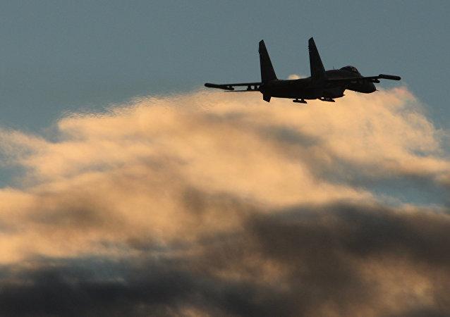 Un avión en el cielo