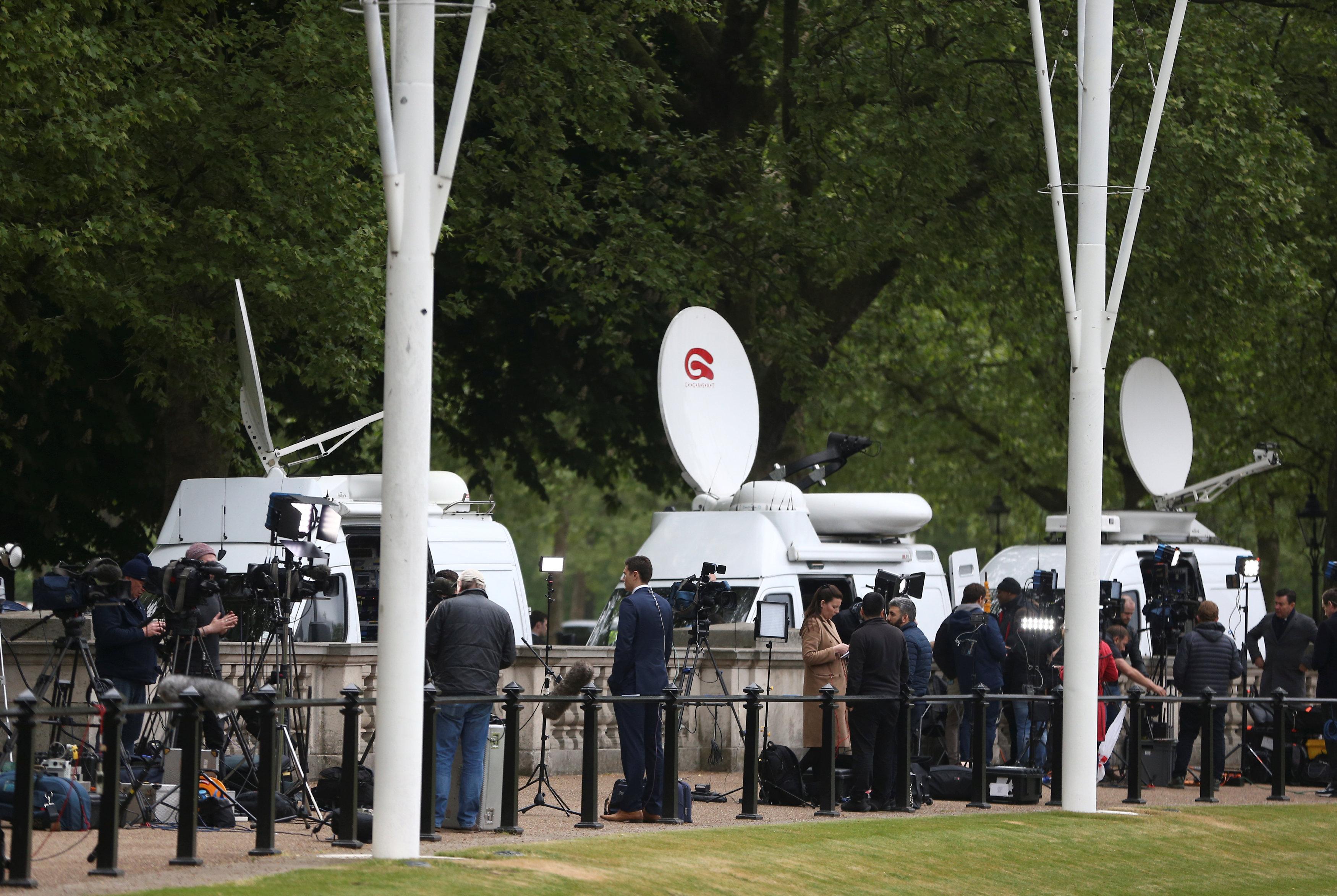 Los representantes de los medios de comunicación enfrente del palacio de Buckingham