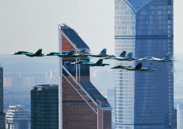 Ensayo de la aviación para el desfile del Día de la Victoria