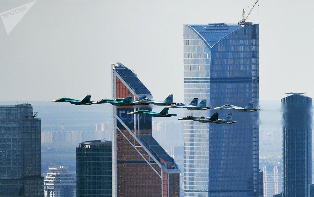 Los cazas Su-35, Su-27 y Su-34 durante un ensayo para el desfile del Día de la Victoria en Moscú.