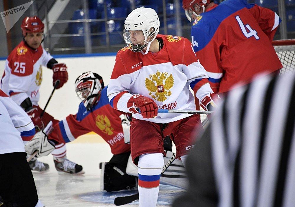 El presidente ruso Vladímir Putin durante una sesión de entrenamiento de hockey en el estadio Olímpico 'Shaiba' en Sochi.