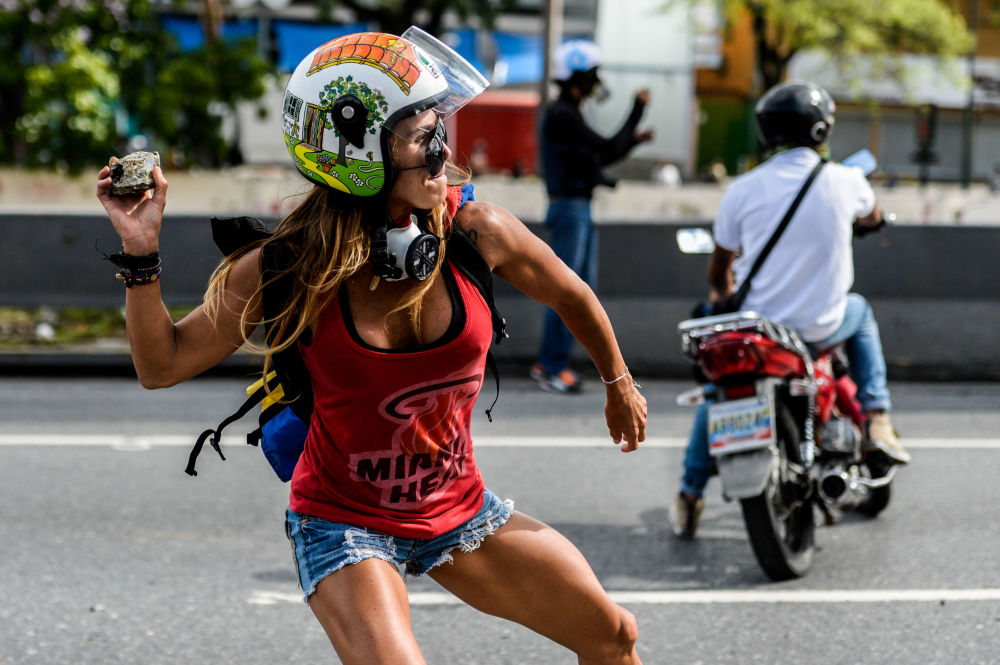 Una participante de la marcha contra el presidente venezolano Nicolás Maduro durante los enfrentamientos con la policía en Caracas.