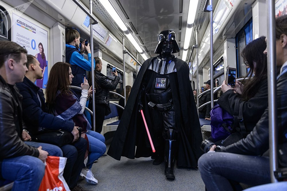 Los aficionados de la saga fantástica celebran el día de 'Star Wars' en un tren del metro de Moscú.