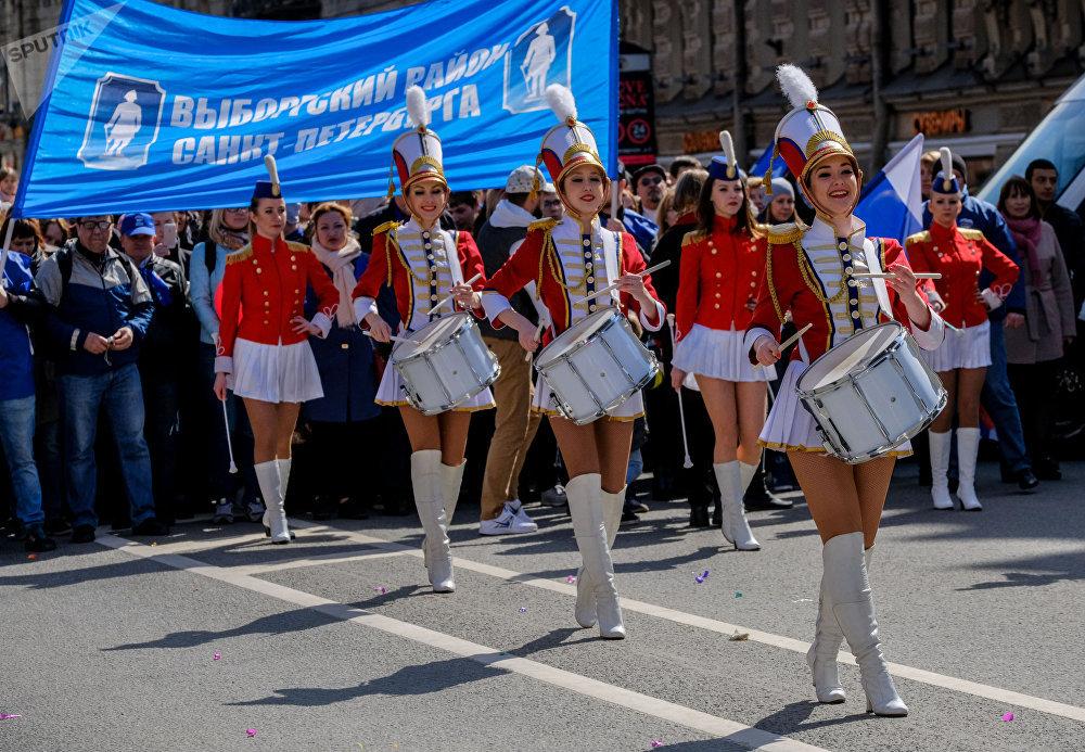Los participantes de la manifestación festiva del primero de mayo en San Petersburgo.