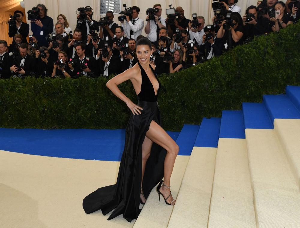 La modelo Adriana Lima en el evento Met Gala, del Instituto del Vestido, en Nueva York.