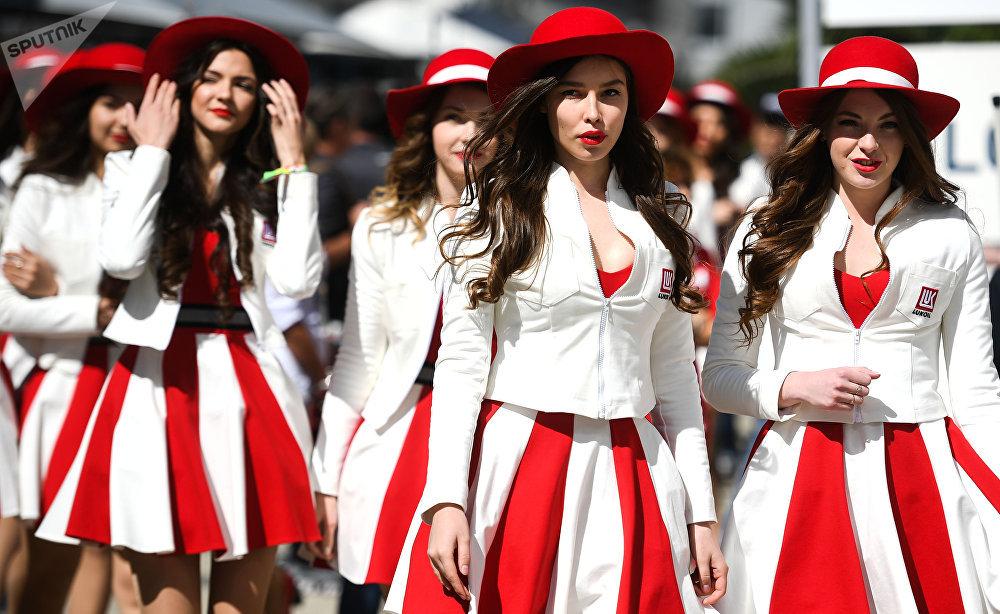 Las reinas de las carreras antes del inicio de la clasificación para la fase rusa de 'Fórmula-1'.