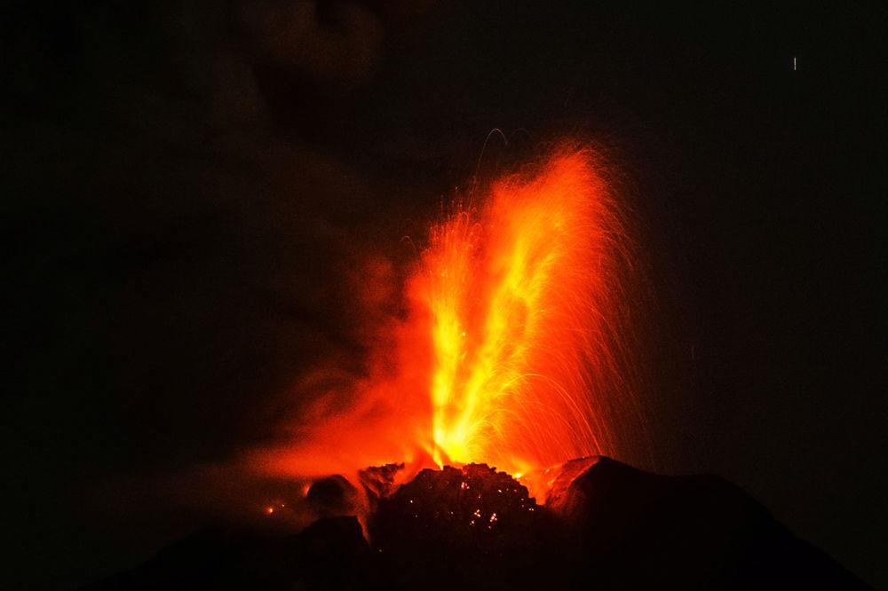La erupción del volcán Sinabung en la isla indonesia de Sumatra.