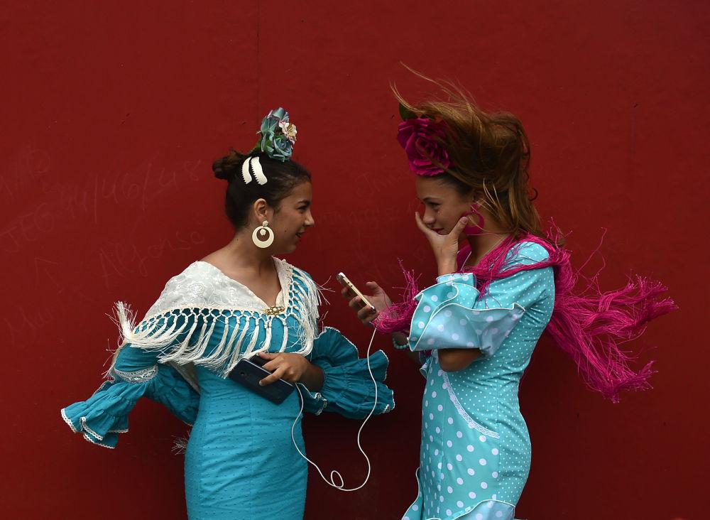 Muchachas vestidas con trajes tradicionales en la Feria de Abril en Sevilla, España.