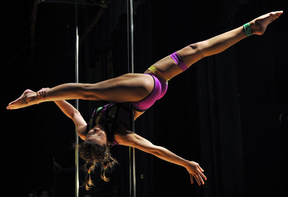 La actuación de una participante del campeonato de baile en barra en Biskek, Kirguistán.
