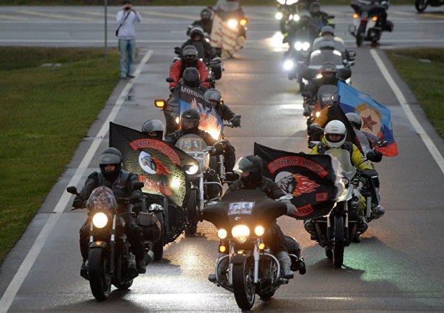 El grupo de moteros los Lobos de la Noche durante rally La ruta de la Victoria a Berlín