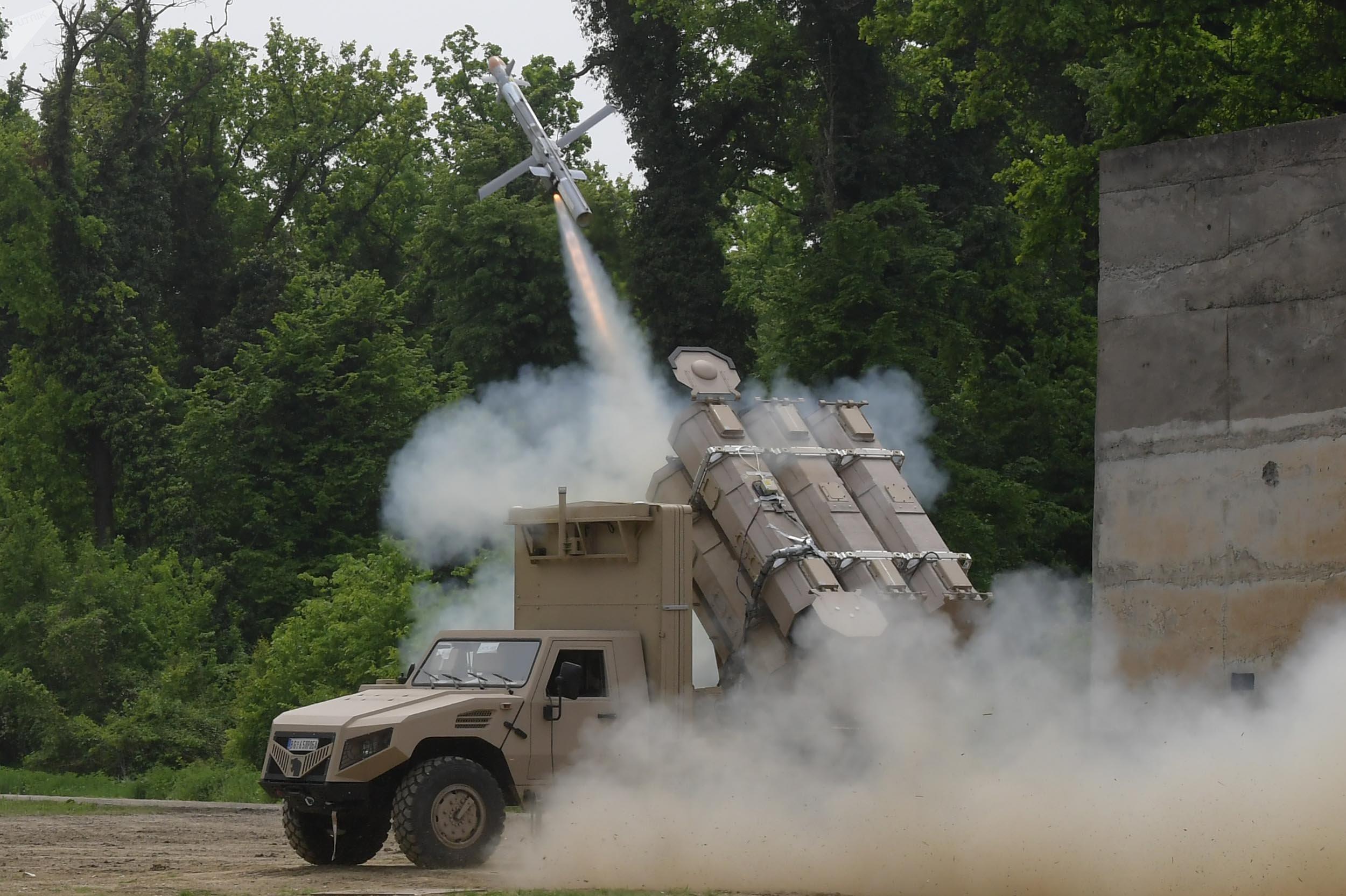 El lanzamiento del misil por el sistema antitanque serbio ALAS