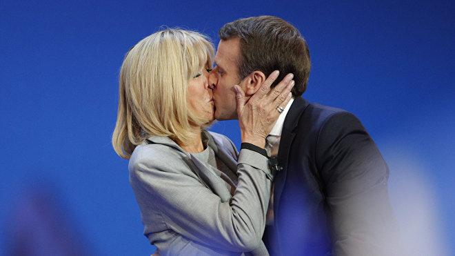Emmanuel y Brigitte Macron (archivo)