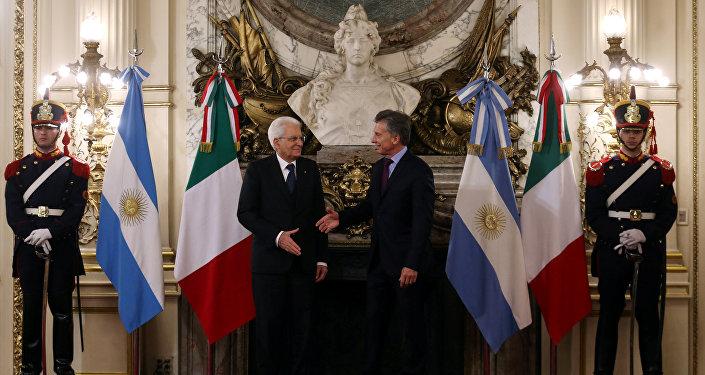 El presidente argentino Mauricio Macri recibe en la sede de Gobierno a su par italiano, Sergio Mattarella