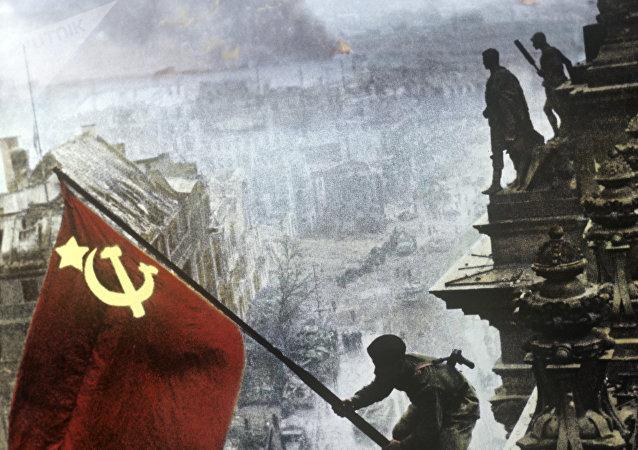 La bandera de la URSS sobre el edificio del Reichstag en Berlín