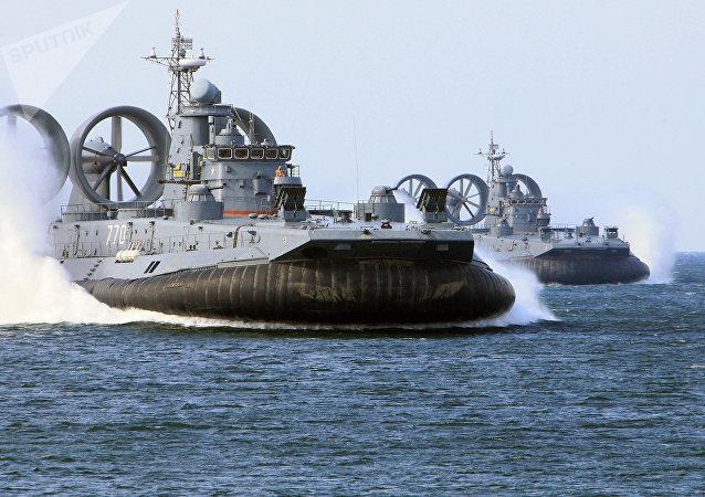 Los aerodeslizadores de desembarco rusos clase Zubr durante las maniobras de la Flota del Báltico
