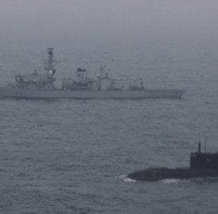 Cómo un buque de guerra de la Armada de Reino Unido escolta a submarino ruso (vídeo)