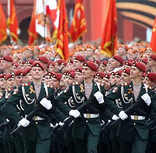 Soldados marchan en la Plaza Roja con motivo de las celebraciones del Día de la Victoria