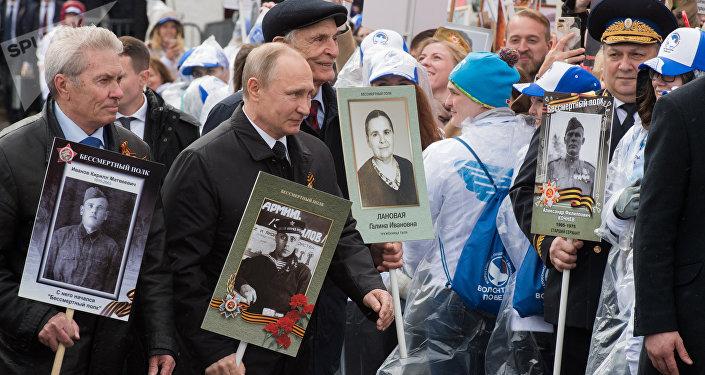 Putin encabeza la marcha del Regimiento Inmortal por calles de Moscú