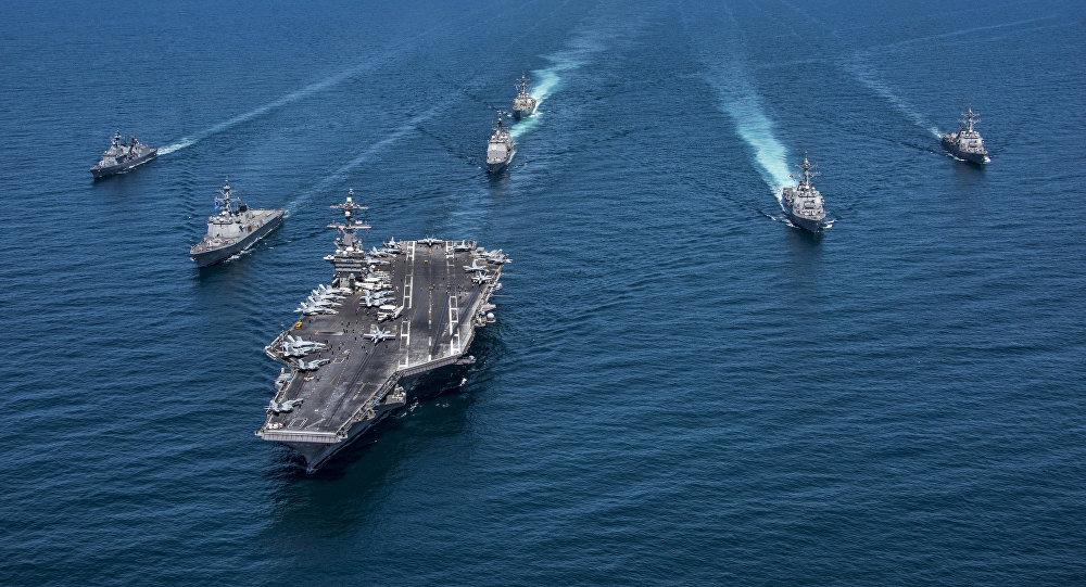 Cruceros y destructores coreanos y estadounidenses transitan por el Pacífico occidental