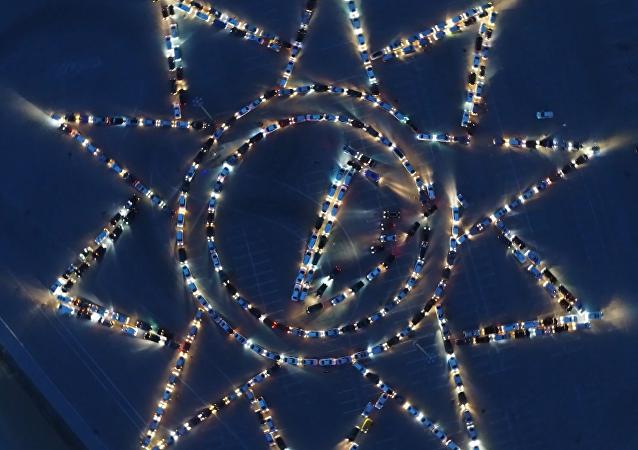 Cientos de automóviles rinden homenaje gigante a la victoria en la Gran Guerra Patria