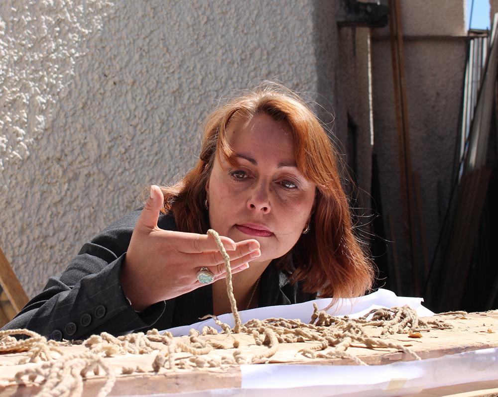 La doctora Sabine Hyland analiza los quipus incas