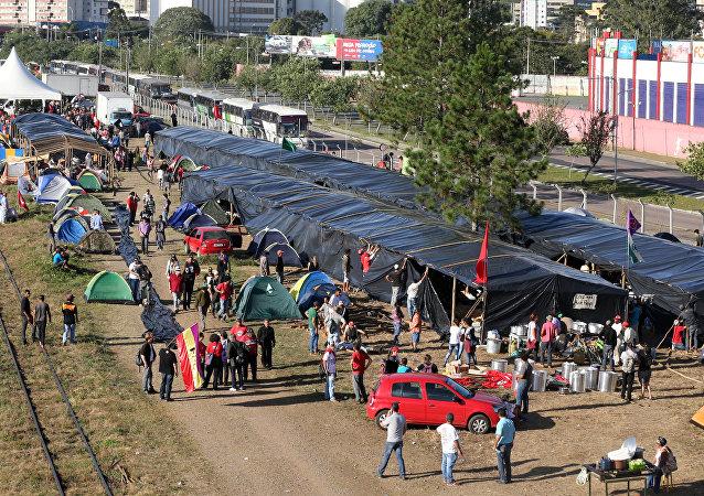 Campamento de partidarios del expresidente Luiz Inácio Lula da Silva en Curitiba, Brasil (archivo)