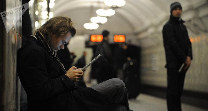 Un joven conectado en el metro en Moscú