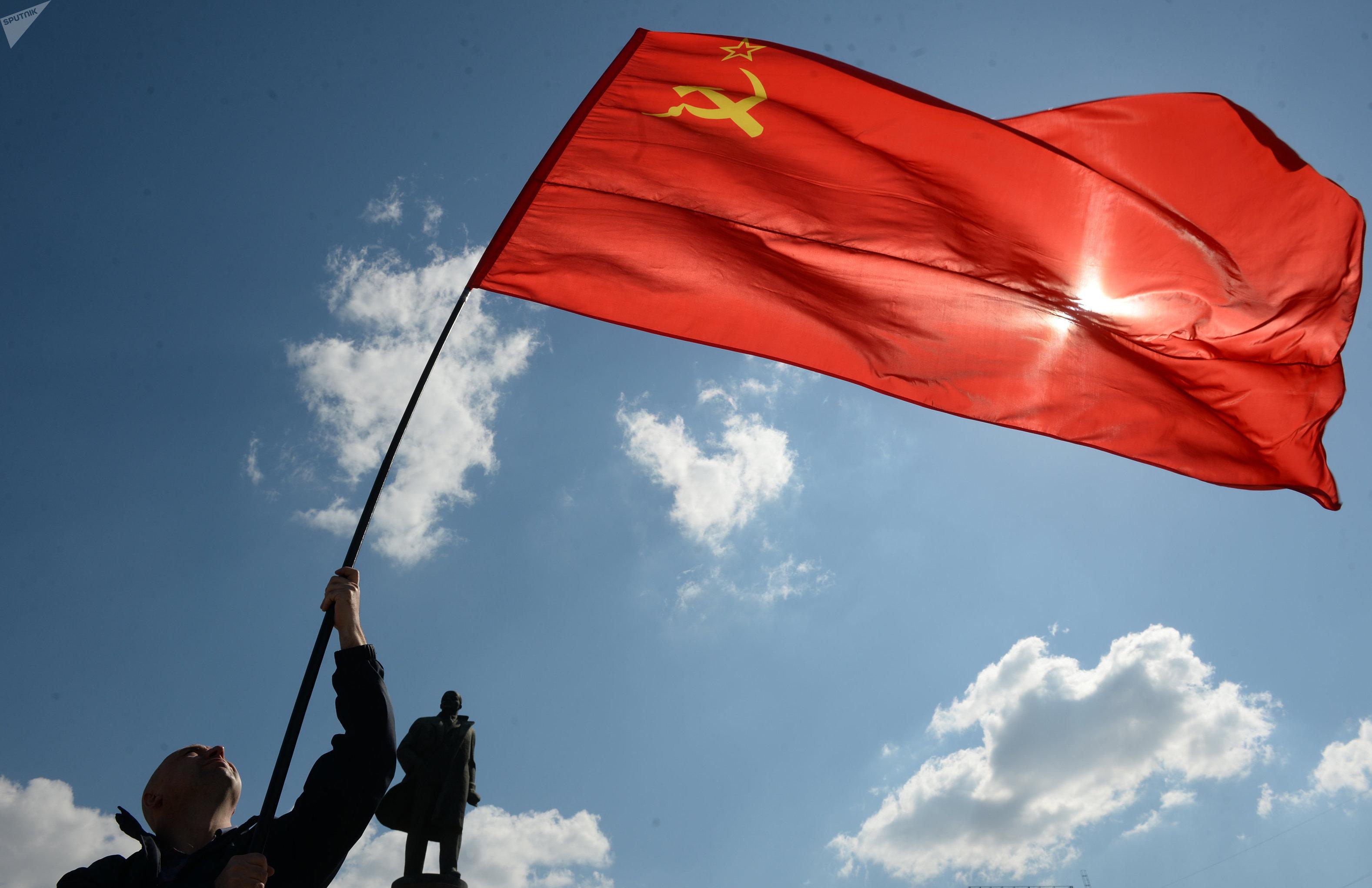 La bandera de la Unión Soviética en la marcha comunista