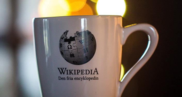 Una taza con la inscripción 'Wikipedia'