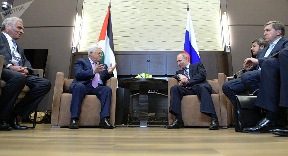 El presidente de Rusia, Vladímir Putin, con su colega palestino, Mahmud Abás