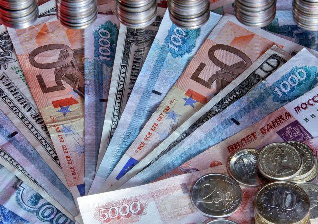 Euros y rublos rusos (archivo)