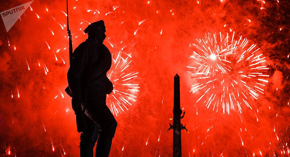 Los fuegos artificiales en el parque de la Victoria de Moscú dedicados al 72º aniversario de la victoria de la URSS sobre la Alemania nazi