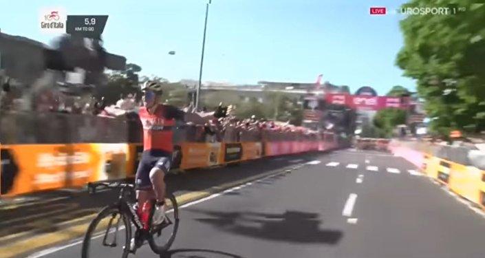 El ciclista Luka Pibernik, celebrando su efímera victoria