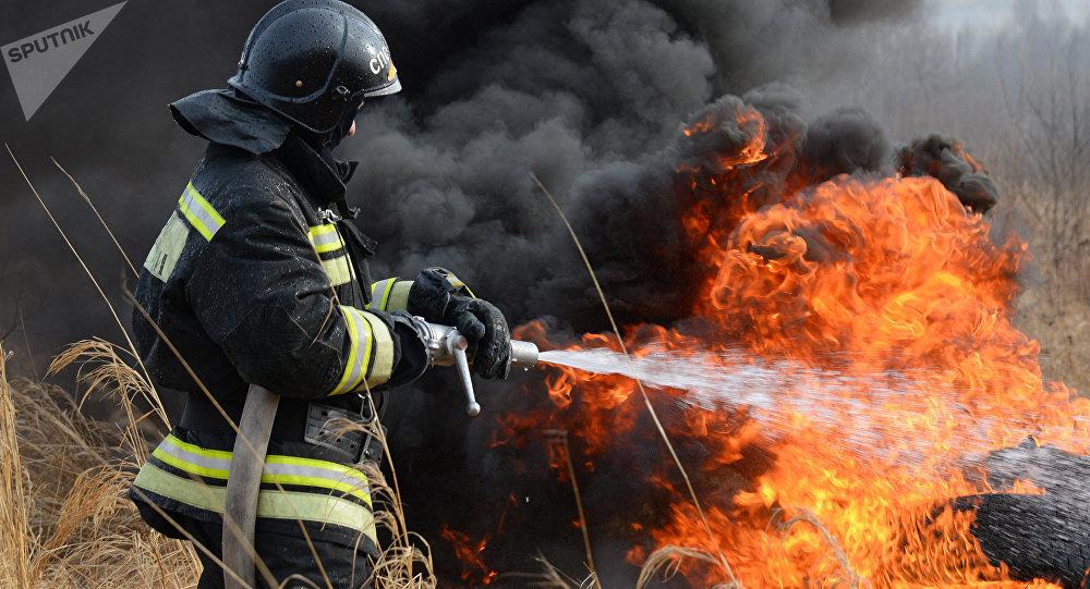 Los equipos de rescate extinguen un incendio forestal