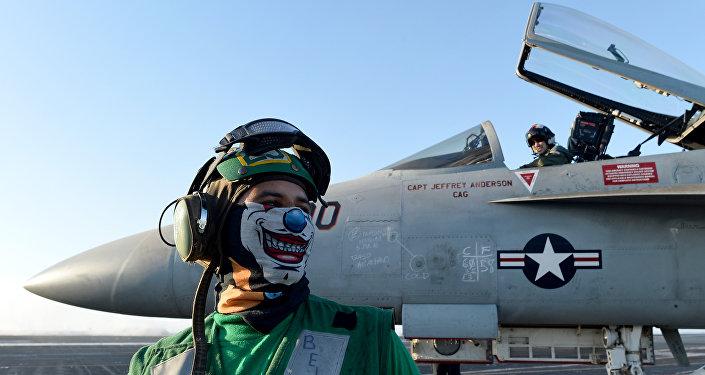 Un avión An F/A-18E Super Hornet a bordo de un portaviones de EEUU en el mar Mediterráneo (archivo)