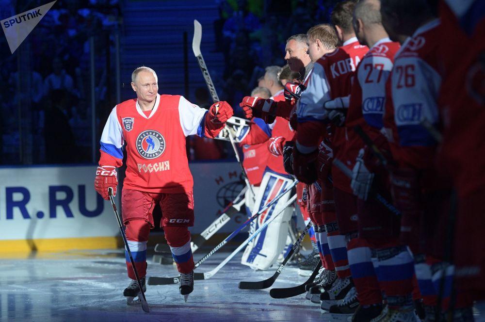El presidente ruso, Vladímir Putin, antes del inicio de un partido de hockey