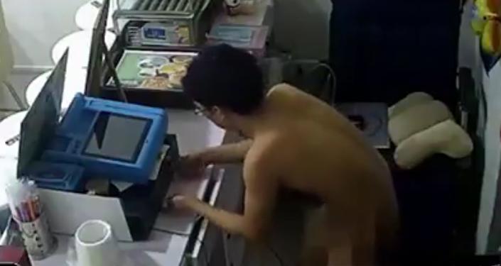 Un ladrón desnudo roba un restaurante en China