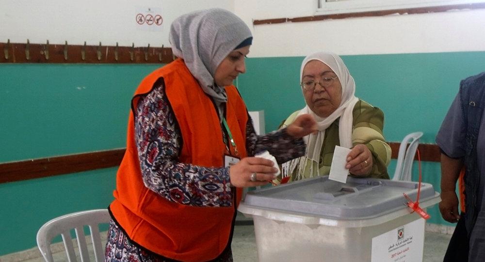Las mujeres de Cisjordania votan en las elecciones municipales