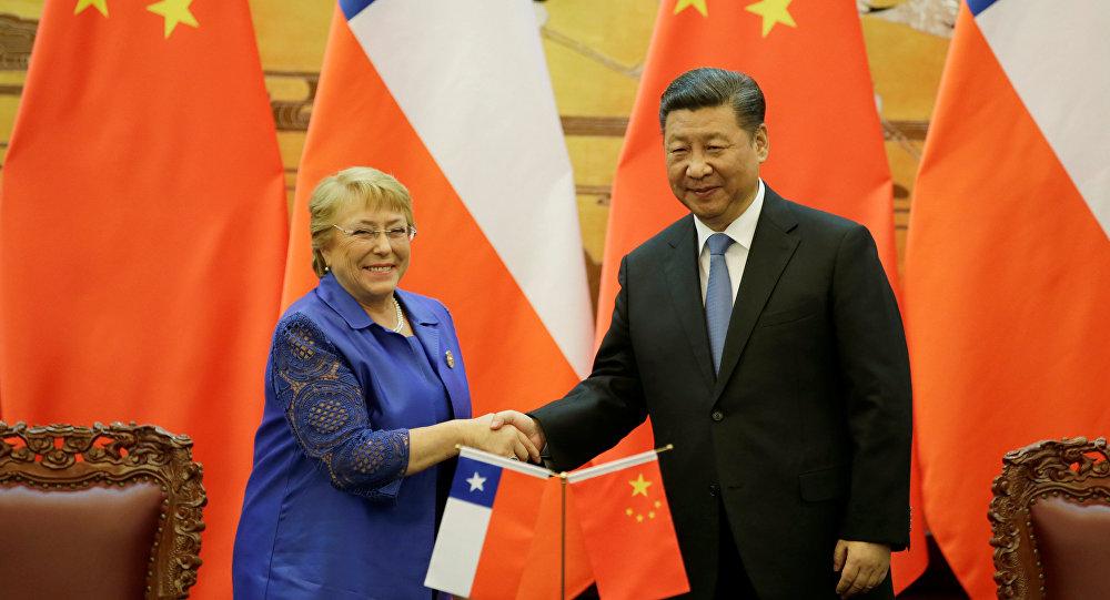 La presidenta de Chile, Michelle Bachelet, y el presidente de China, Xi Jinping (archivo)