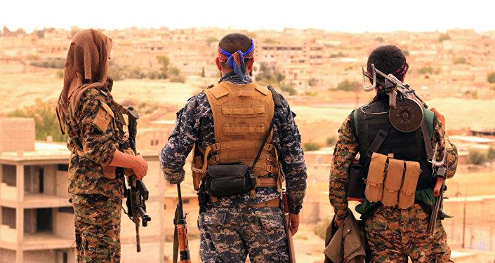 Los combatientes de las Fuerzas Democráticas de Siria (FDS) en la ciudad siria de Tabqa