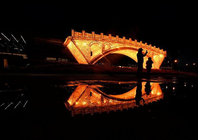 PeInstalación Puente de Oro en la Ruta de la Seda en Pekín