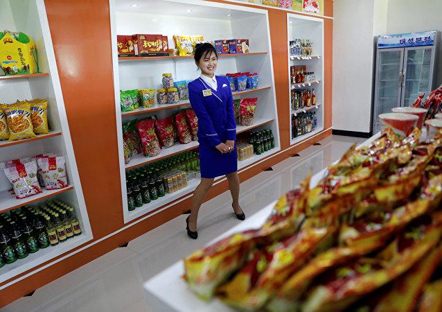 Una tienda de comestibles en Pyongyang, Corea del Norte