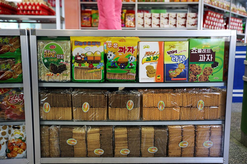 Productos a la venta en una tienda de comestibles en Pyonyang, Corea del Norte
