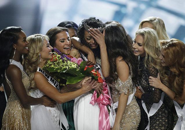 Kara McCullough, ganadora del concurso Miss EEUU, y otras participantes de la competición