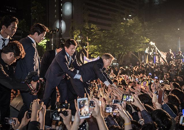 Moon Jae-in saluda a sus votantes rodado por guardaespaldas