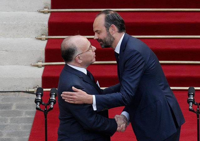 Bernard Cazeneuve, ex primer ministro francés, y Edouard Philippe, nuevo primer ministro de Francia