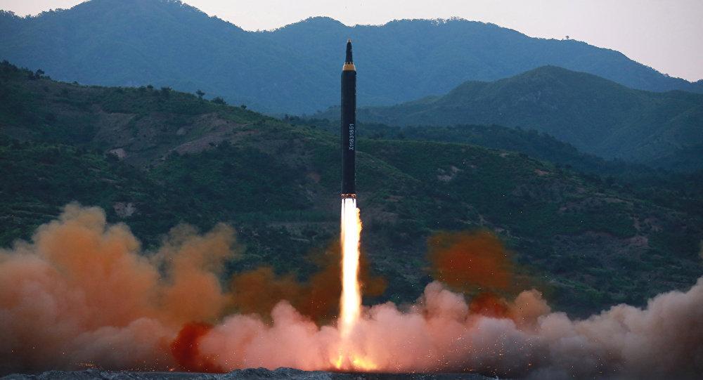 La prueba del misil norcoreano Hwasong-12 (archivo)